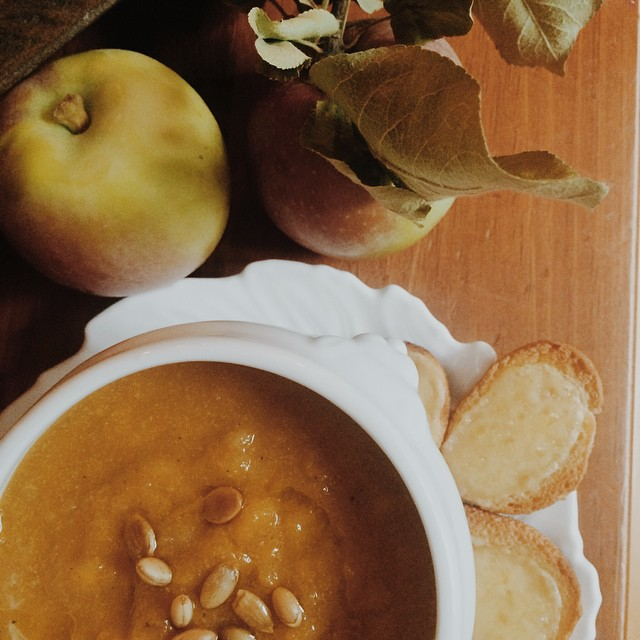 I ❤️???. And this Butternut Squash and Apple soup up on the blog today. Some of my favorite recipes for apples are on there too @annapolisandco I can't wait to try your Apple Carmel cake!
